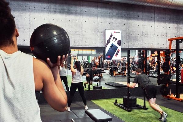 Ecran d'affichage clubs de sport Basic-fit pour toucher les jeunes