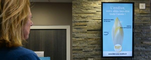 informer en salle d'attente avec un écran